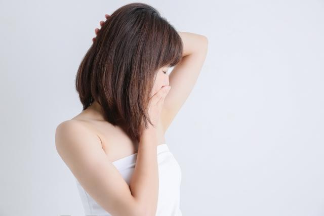 胸元が臭い原因①汗
