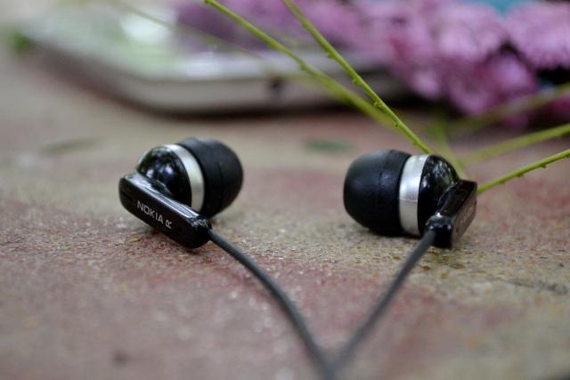 イヤホンで耳が臭くなる原因とは何か?
