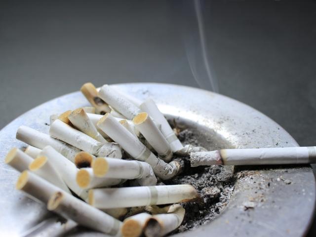 生臭い息につながる歯周病の原因①喫煙